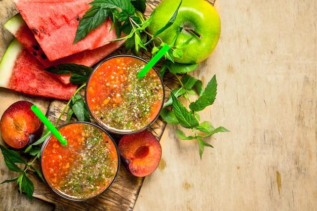 Fruit smoothie met watermeloen op houten tafel.