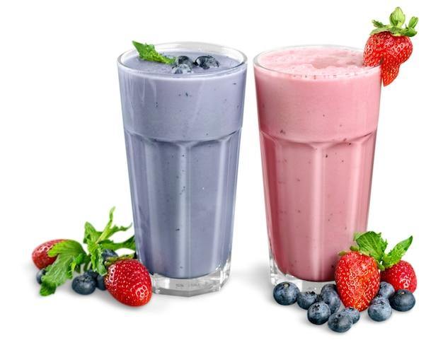 Fruit smoothies geïsoleerd op een witte achtergrond