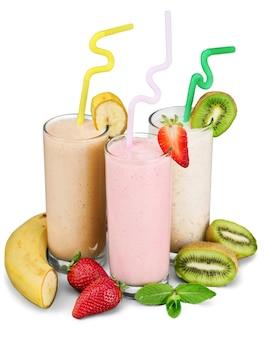 Fruit smoothies met rietjes geïsoleerd op een witte achtergrond