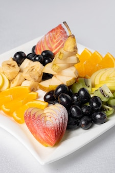 Fruit snijden, de kunst van het fruit snijden. druiven, appels, sinaasappel, bananendecoratie