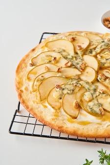 Fruit zelfgemaakte zoete perenpizza met kaas en honing
