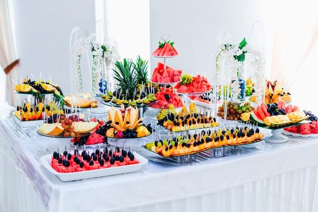Fruitbar bij huwelijksreceptie. zaal van het restaurant. luxe catering