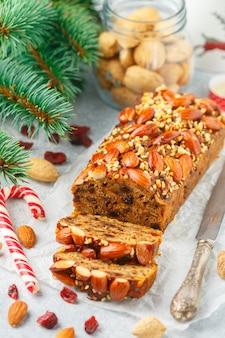Fruitcake. traditionele kersttaart met amandelen, gedroogde cranberries, kaneel, kardemom, anijs, kruidnagel