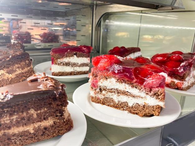 Fruitcakes op de etalage van een banketbakkerij