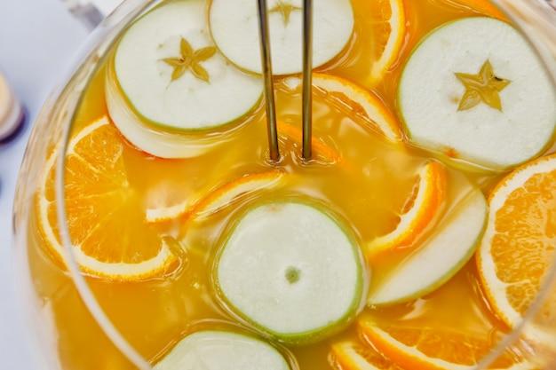 Fruitcocktail gemaakt van sinaasappel- en citrusvruchten. uitzicht van boven