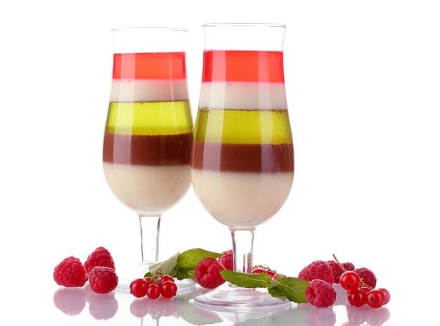 Fruitgelei in glazen en frambozen die op wit worden geïsoleerd