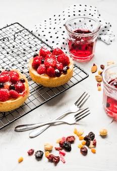 Fruitige taarten arrangement hoge hoek
