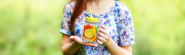 Fruitlimonade in pot