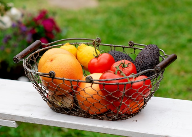 Fruitmand op schommel in de tuin in de zomer