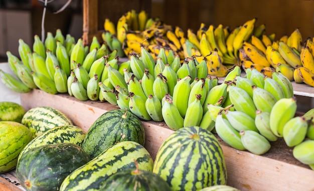 Fruitmarkt met diverse kleurrijke verse groenten en fruit