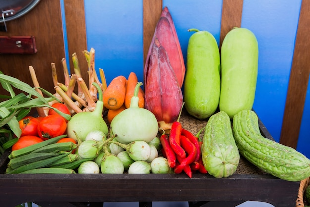 Fruitmarkt met verschillende kleurrijke verse groenten en fruit