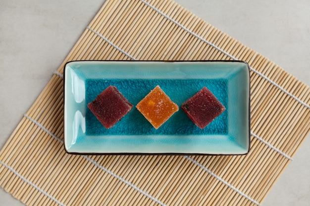 Fruitmarmelade op rechthoekige serveerschaal, bovenaanzicht.