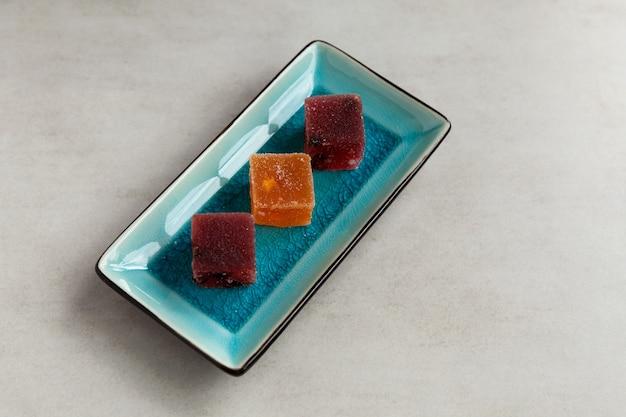 Fruitmarmelade op rechthoekige serveerschaal. oosterse of aziatische zoetigheden.