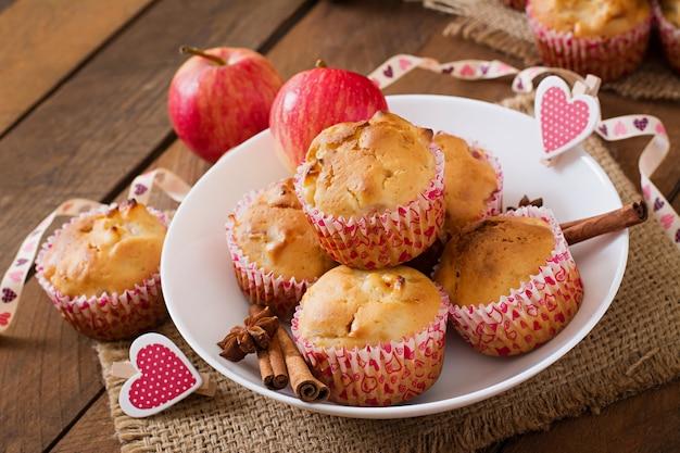 Fruitmuffins met nootmuskaat en pimentbes in een rieten mand op een houten lijst