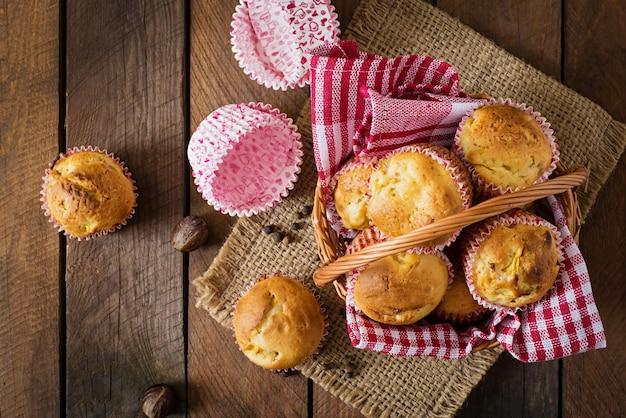 Fruitmuffins met nootmuskaat en pimentbes op een houten lijst