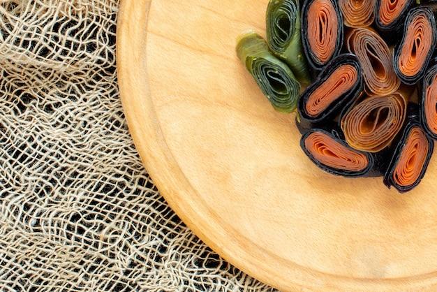 Fruitpastille van appels en abrikozen en zwarte bessen en bosbessen, kruisbessen of kiwi, gedroogd fruit en puree van bessen. biologisch voedsel. natuurlijke producten.
