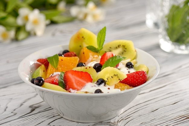 Fruitsalade aardbei kiwi zwarte bes yoghurt