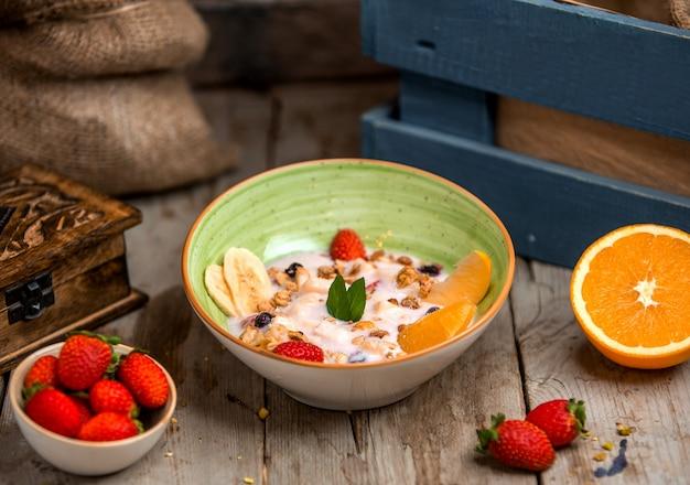 Fruitsalade bedekt met yoghurt