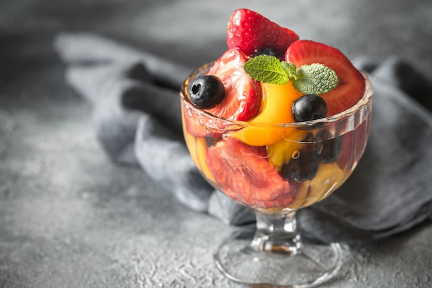 Fruitsalade in de glazen vaas