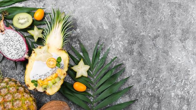 Fruitsalade in de helft van de ananas kopie ruimte