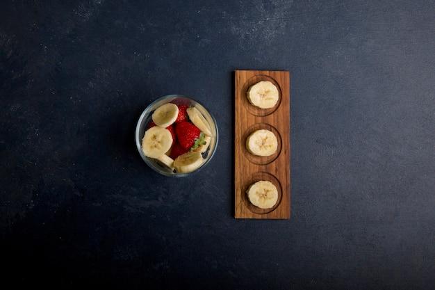 Fruitsalade met banaan en aardbeien in het midden