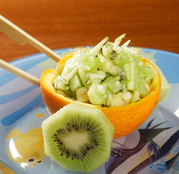 Fruitsalade met sinaasappels bezaaid voor kinderen