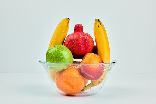 Fruitsamenstelling in een glazen beker.