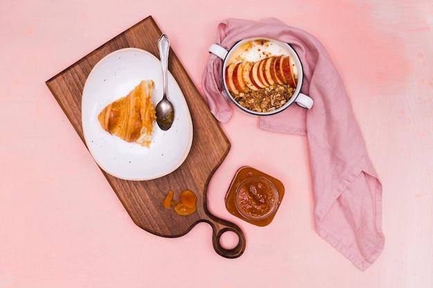 Fruitschaal en croissant bovenaanzicht