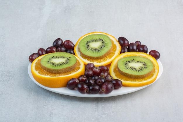 Fruitschaal met druiven, kiwi en stukjes sinaasappel