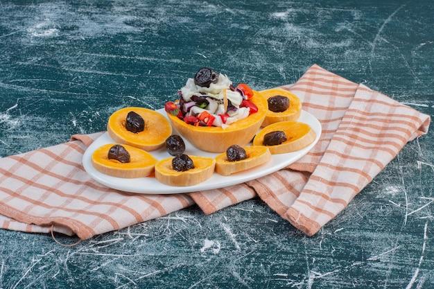 Fruitschaal met gehakt en gesneden seizoensfruit.