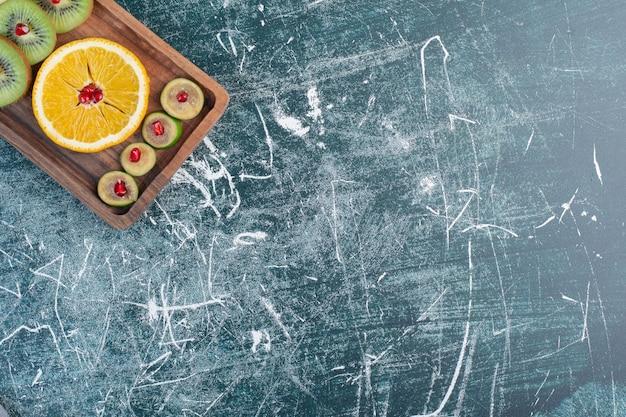 Fruitschaal met herfstselectie van voedingsmiddelen.