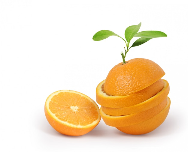 Fruitsinaasappel met bladeren op witte achtergrond worden geïsoleerd die