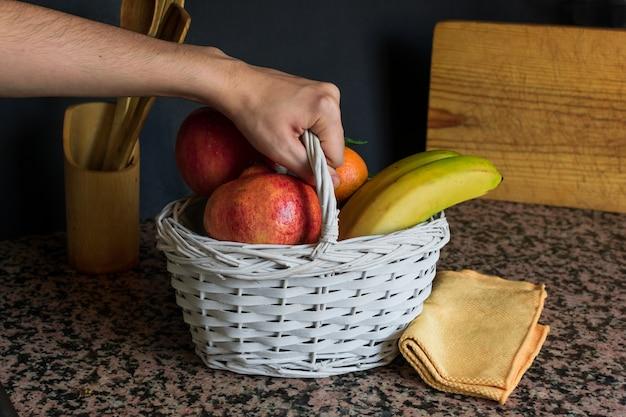 Fruitstilleven met een witte mand