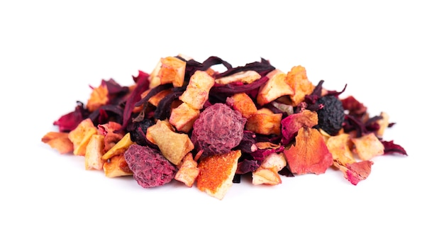 Fruitthee met hibiscus, appel, framboos, rozenblaadjes en hondsroos, geïsoleerd op een witte achtergrond.