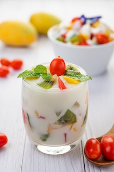 Fruityoghurt smoothie in glas.