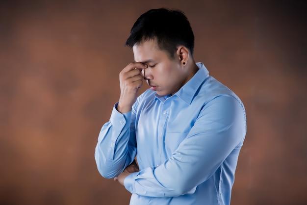 Frustratie. gefrustreerde en beklemtoonde jonge zakenman
