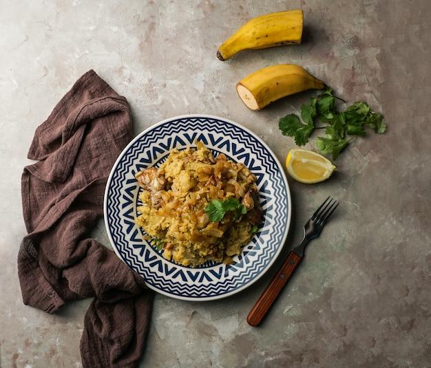 Fufu de platano verde maduro, tacaho, mofongo, gepureerde gekookte plantains met varkensvlees, ui. puerto rico. amazone keuken, peru, cuba