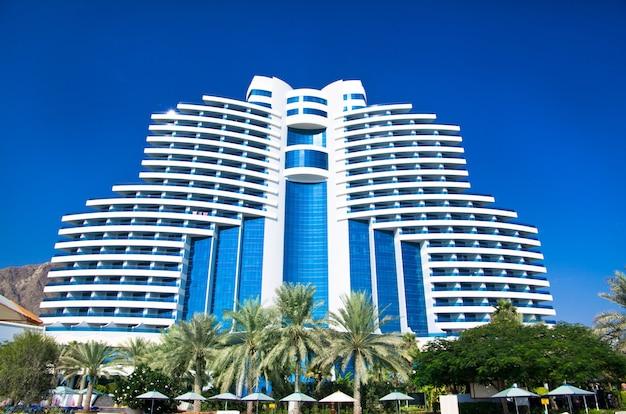 Fujairah, verenigde arabische emiraten - 16 november: luxe 5-sterrenhotel le meridien al aqah beach resort op 2 november 2012 in fujairah.