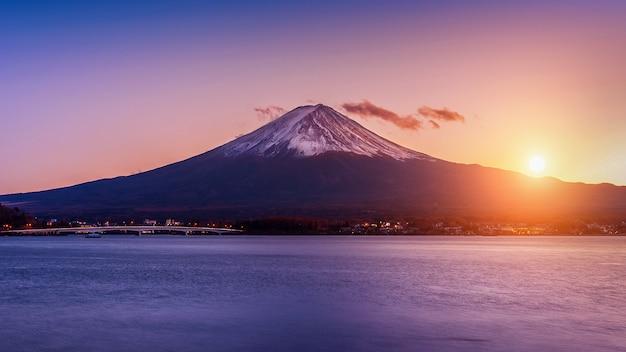 Fuji-berg en kawaguchiko-meer bij zonsondergang, autumn seasons fuji-berg bij yamanachi in japan.