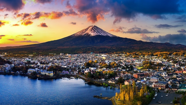 Fuji-berg en kawaguchiko-meer bij zonsondergang, herfstseizoenen fuji-berg bij yamanachi in japan
