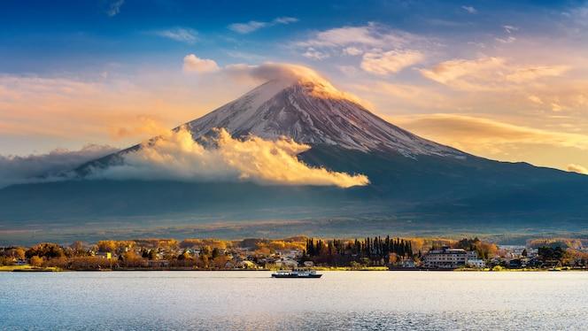 fuji-berg en kawaguchiko-meer bij zonsondergang, herfstseizoenen fuji-berg in yamanachi in japan.