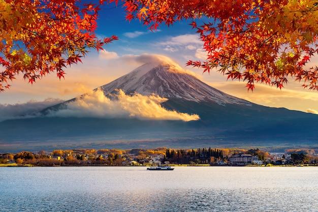 Fuji-berg en kawaguchiko-meer bij zonsondergang