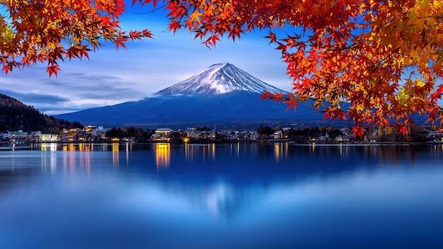 Fuji-berg en kawaguchiko-meer in ochtend, herfstseizoenen fuji-berg bij yamanachi in japan.