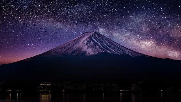 Fuji-berg met melkweg 's nachts.