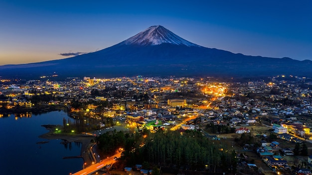 Fuji-bergen en fujikawaguchiko-stad bij nacht, japan.