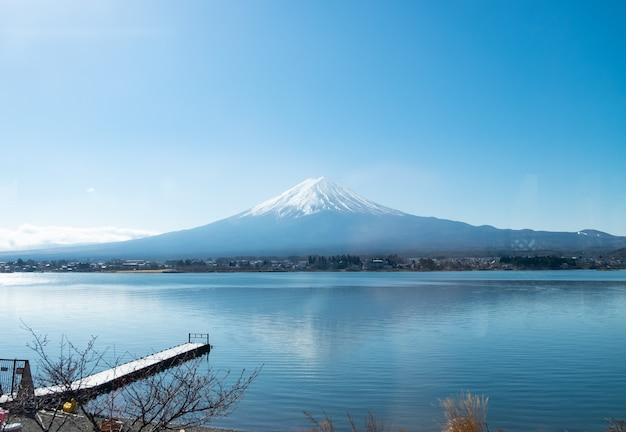 Fujiberg en kawaguchiko-meer met wolk en blauwe hemeldag