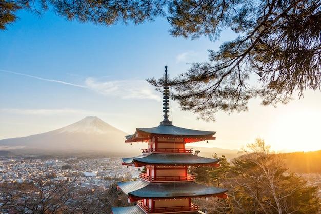 Fujiyoshida, japan bij chureito pagoda en mt. fuji bij zonsondergang