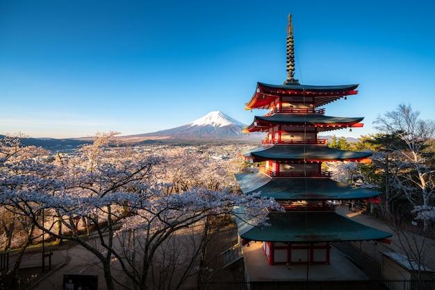 Fujiyoshida, japan bij chureito pagoda en mt. fuji in het voorjaar met kersenbloesem volle bloei tijdens zonsopgang. reizen en vakantie concept.