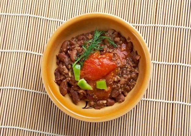 Ful medames egyptisch soedanees gerecht van gekookte en gepureerde tuinbonen geserveerd met plantaardige olie