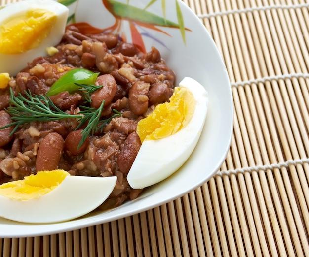 Ful medames - egyptisch, soedanees gerecht van gekookte en gepureerde tuinbonen geserveerd met plantaardige olie,
